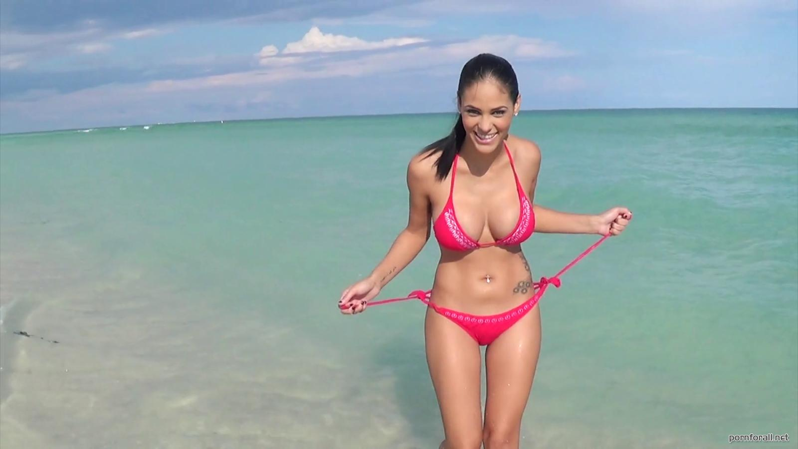 Jasmine Caro - This Is a Nude Beach Now! (2014) WEBRip